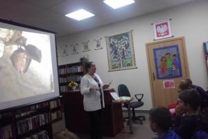 Klasa II b na spotkaniu z pisarką Anną Blachucką.