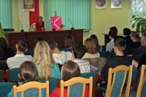 Izabela Sowa w bibliotece w Małogoszczu